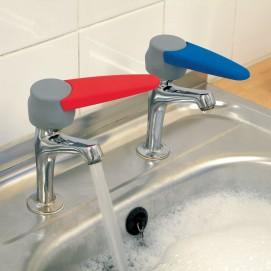 Tourne robinets eau chaude - eau froide en situation seuls