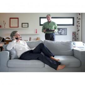 Pantalon femme jean indigo, femme sur canapé