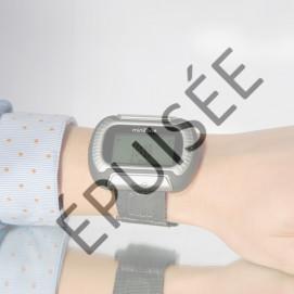 """Miniphone """"Classic"""" appel d'urgence porté bracelet gris"""