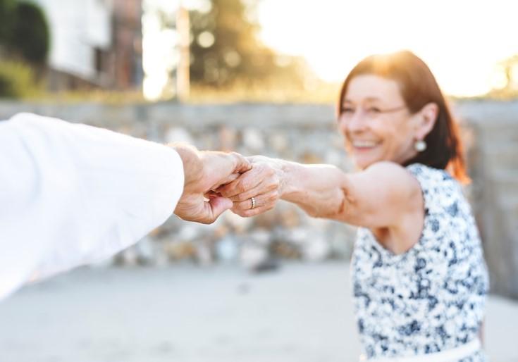 femme heureuse qui tient une main tendue