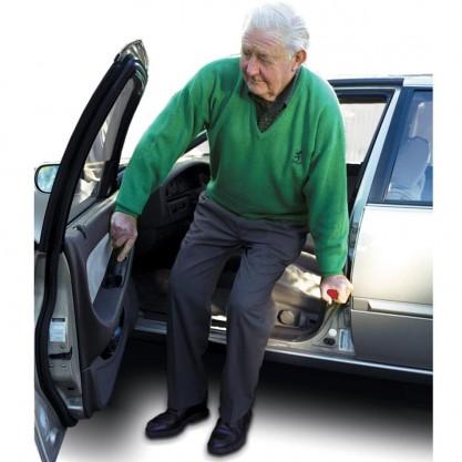 Mise en situation: homme qui se relève de son siège de conducteur grâce à la poignée d'appui