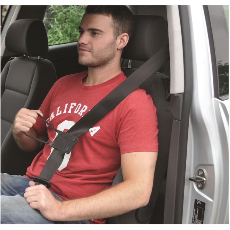 Mise en situation: homme qui tire sa ceinture grâce au tire-ceinture