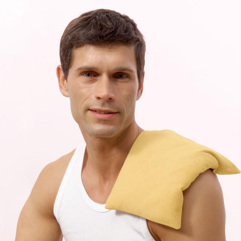 Mise en situation homme qui porte un coussin chauffant sur l'épaule