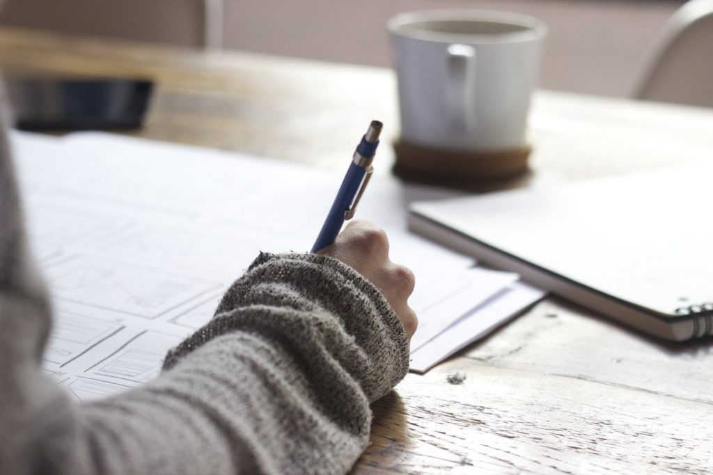 Femme qui écrit sur une feuille