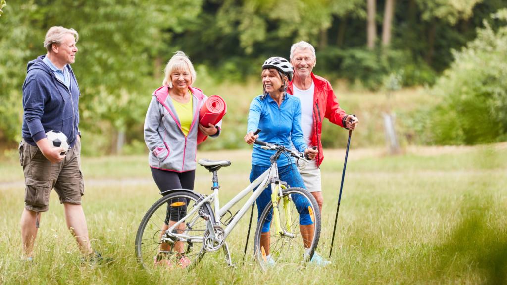 Groupe de seniors en train de faire une activité physique sportive